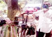 ২১ বছর সাইকেলে বই বিক্রি করে সংসার চালাচ্ছেন লোকমান